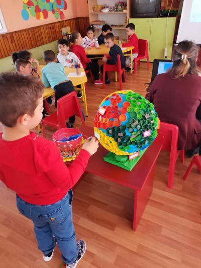 Участие в областен конкурс изложба В света на природата- Детска игроландия на тема Нашия дом, планетата Земя - Изображение 3