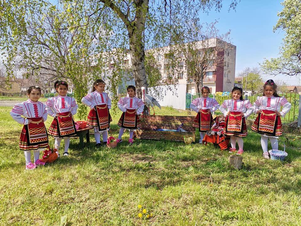 """Снимки от Лазарица и децата с грамоти от конкурса """"Моята картичка за мама"""" - голяма снимка"""