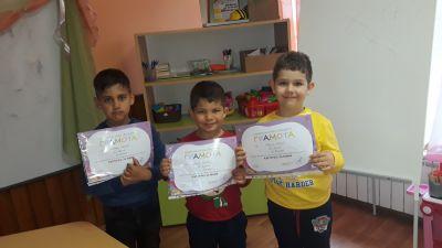 """Снимки от Лазарица и децата с грамоти от конкурса """"Моята картичка за мама"""" - Изображение 2"""