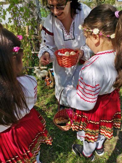 """Снимки от Лазарица и децата с грамоти от конкурса """"Моята картичка за мама"""" - Изображение 3"""