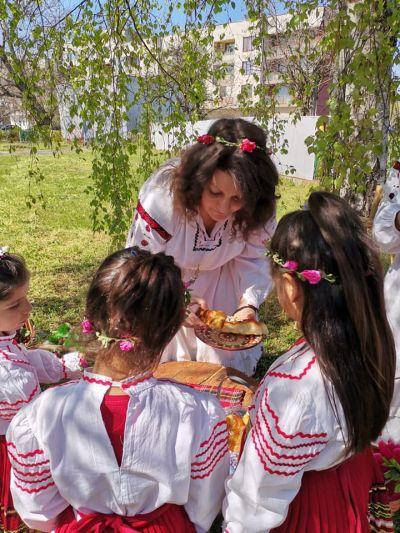 """Снимки от Лазарица и децата с грамоти от конкурса """"Моята картичка за мама"""" - Изображение 4"""