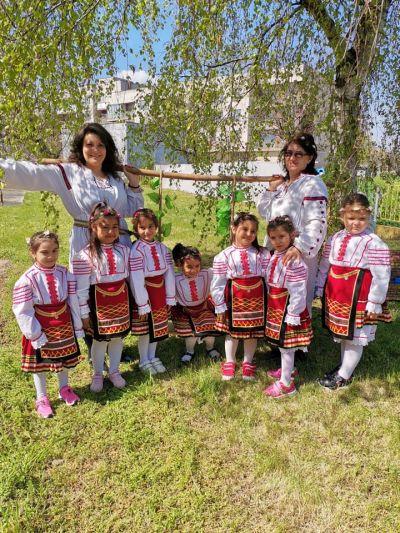 """Снимки от Лазарица и децата с грамоти от конкурса """"Моята картичка за мама"""" - Изображение 5"""