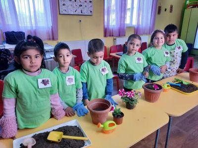 """Група """"Калина Малина"""" - филиал с. Глава, открит урок на тема: """"Засаждане на цветя"""" - Изображение 3"""